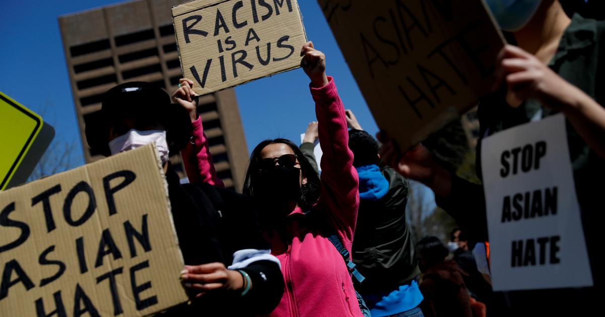 «Остановите ненависть к азиатам»: сотни людей требуют справедливости для жертв в Атланте